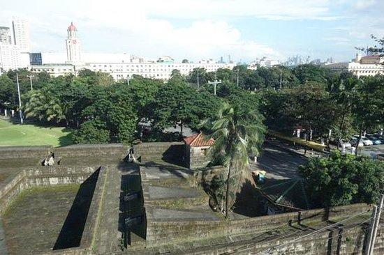 The Bayleaf Intramuros: 客室からの眺め(城壁が目の前)
