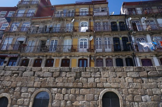 Ribeira Apartments: The appartments are in the yellow building