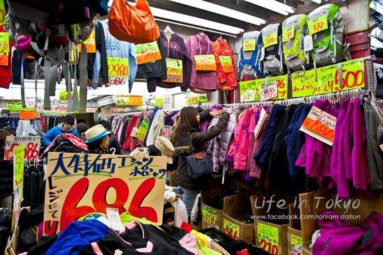 Ameyoko Shopping Street : เสื้อผ้า เสื้อกันหนาวถูกสุดๆ