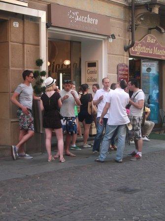 Sacchero : Solita coda davanti alla gelateria, d'altronde è la migliore del centro storico...