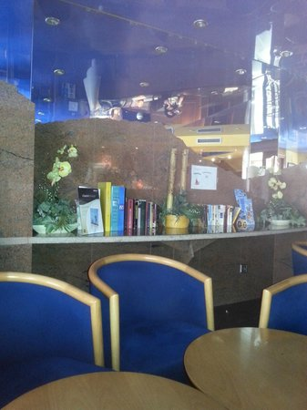 Hotel Ridomar: Seating area in reception with a good selection of books