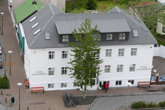 Hotel Leifur Eiriksson: View of the Hotel Leifur Eriksson from Halgrimskirkja