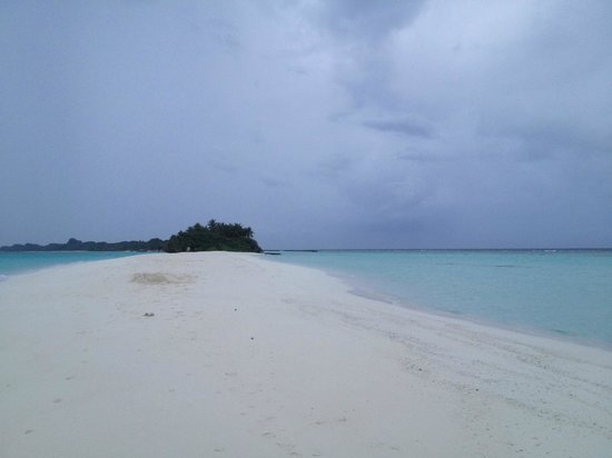 Kuramathi Island Resort: Sand bank at the tip of the island: perfect for watching the sunset