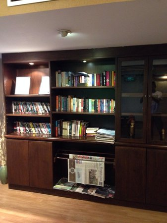 Chon Inter Hotel : Deluxe floor books and DVD movies library
