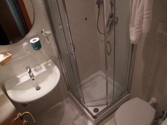 Lirico Hotel: Very small bathroom