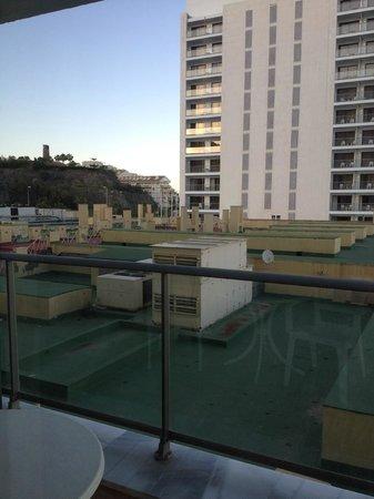 THB Torrequebrada Hotel: Vistas a la terraza horrrrrrrrorosa