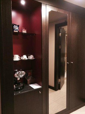 Sheraton Prague Charles Square Hotel: the wardrobe and coffee facilities