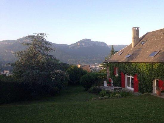 La Ferme du Petit Bonheur: Vue du jardin et de la maison