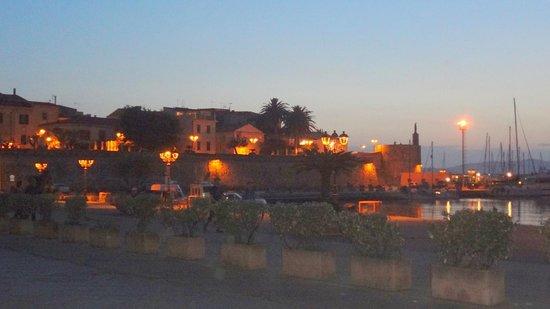 Hotel Alguer: Centro Histórico à noite