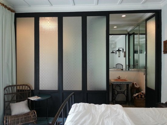 Brown Feather Hotel: layout of the bathroom