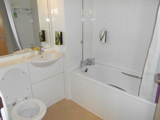 Premier Inn London Hammersmith Hotel: Vue d'une salle de bain