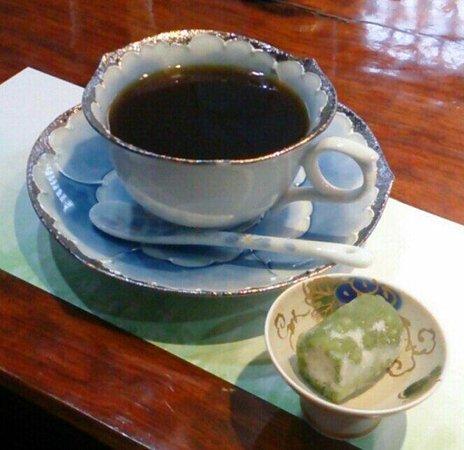 Imari Kikunami: 食後のコーヒーと茶菓子