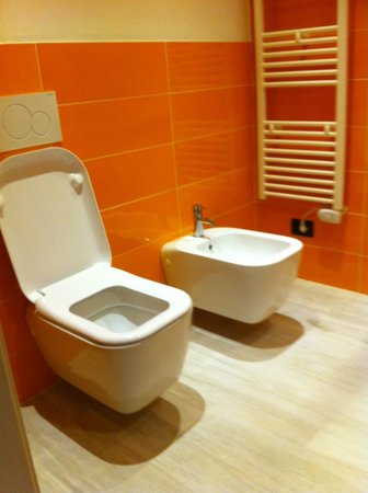 Blue Shades Apart Hotel: clean toilet with bidet