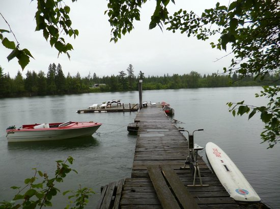 HI-Shuswap Lake Hostel: The free canoes (on right)