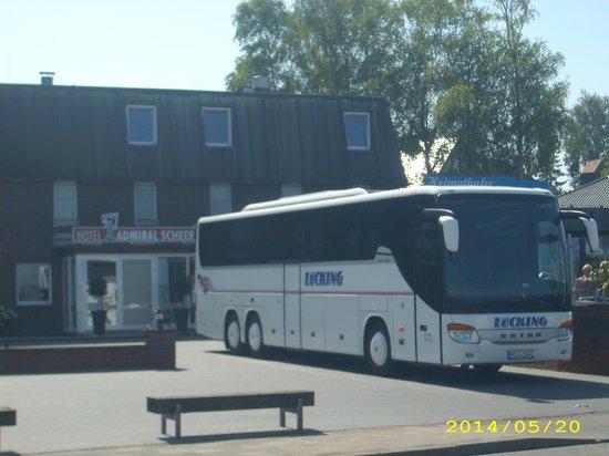 Hotel Admiral Scheer: Parkplatz Bus vor dem Haus