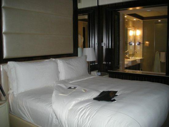 The Ritz-Carlton Abu Dhabi, Grand Canal: room