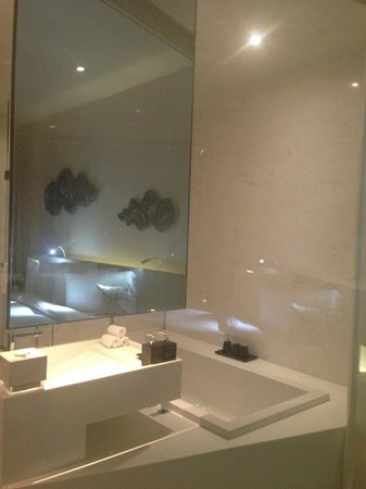 SO Sofitel Bangkok: Metal Room Bathroom