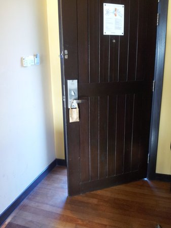AVANI Sepang Goldcoast Resort: Main door cannot close properly