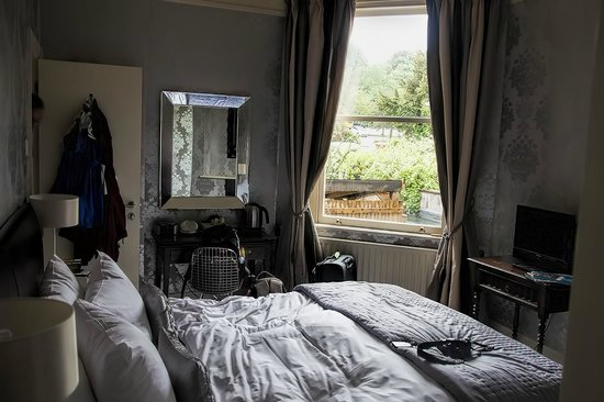 Brooks Guesthouse: View of one of the rooms facing Victoria Park side