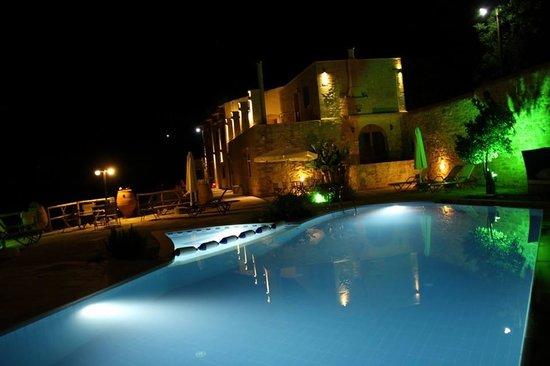 Zouridi Villa Park: Zouridi Villa at night