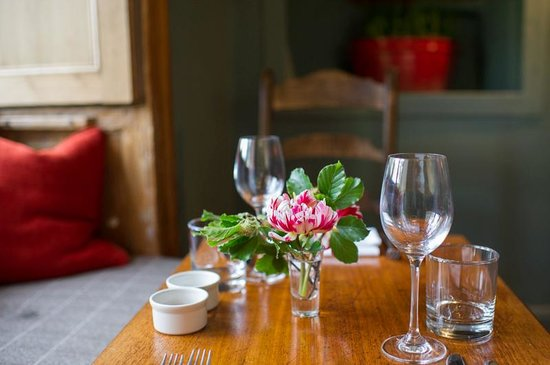 The Swan at Southrop: Set for supper