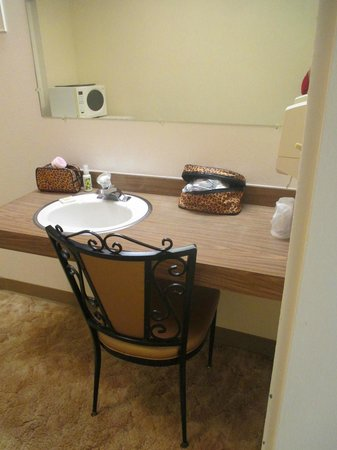 Siesta Motel: Extra Room..a spare basin and gorgeous chair