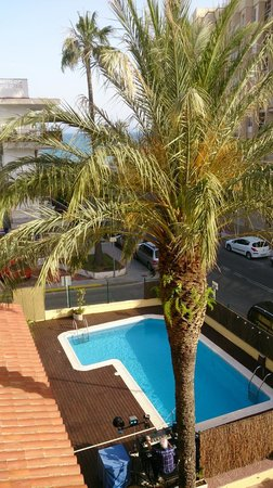 Adia Hotel Cunit Playa: Vista piscina y mar.