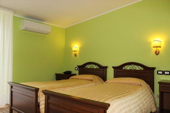 Hotel villa del lago senise itali foto 39 s reviews en for Hotel villa del lago
