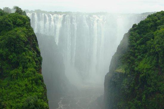 Mosi-oa-Tunya / Victoria Falls National Park: Вид с моста между 2-мя странами