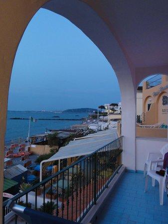 Hotel Solemar Terme Beach & Beauty: Можно еще посидеть на общем балкончике с видом на море