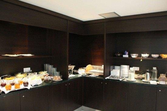 Acropolis Hill Hotel: Das Frühstückbuffet mit kaltem Rührei und hartgegochtem kaltem Osterei. Ansonsten O.K