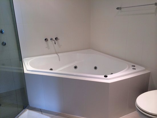 Oaks Pacific Blue Resort : Two person spa bath (no pic on their web site so here it is)