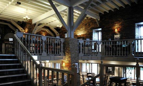 Village Manchester Hyde Hotel: Village Pub