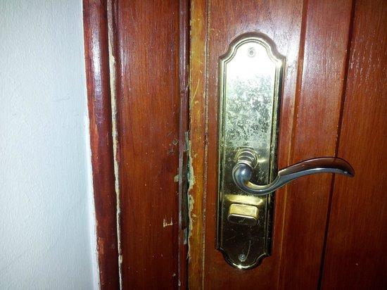 Golden 5 Paradise Resort : надежная крепкая дверь
