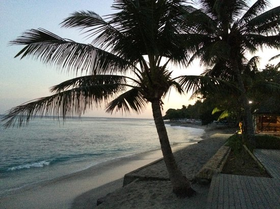 Qunci Villas Hotel: Sunrise on the beach