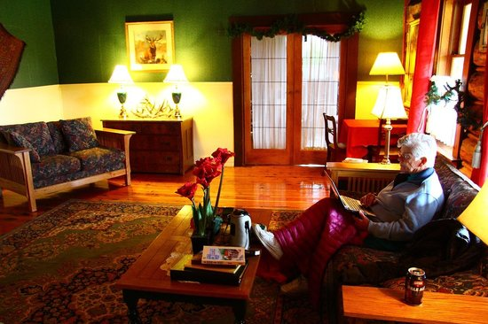 Chilcotin Lodge: Beautifully decorated sitting room