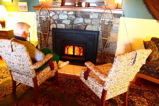 Chilcotin Lodge: Fireplace at the lodge