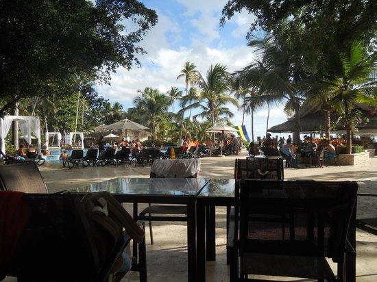 """Viva Wyndham Dominicus Beach: Vista della """"Placita"""" dal Centro Commerciale"""