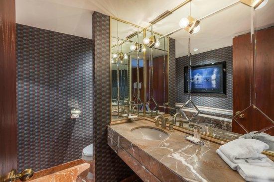 Salle de bains - Picture of Hotel Le Concorde Quebec, Quebec City ...
