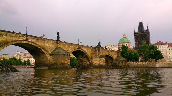 Avantgarde Prague Tours : Le Pont Charles vu de la Vltava