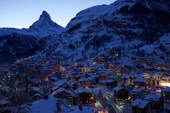 Matterhorn: スネガのケーブル乗り場途中のトンネルからエレベータで上がり、少し歩いたあたりからのツェルマットの夜景機美しいです