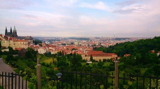 """Avantgarde Prague Tours : Vue du monastère Strahov sur la """"Ville dorée"""""""