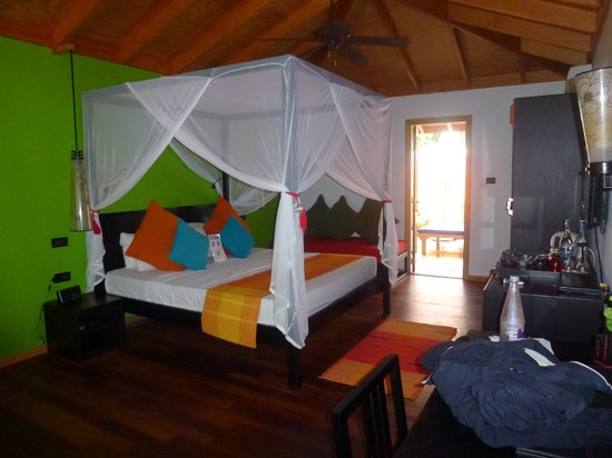 Vilamendhoo Island Resort & Spa: Jacuzzi beach vila bedroom