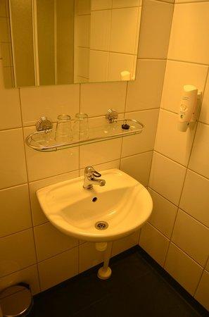 Economy Hotell: ванная комната