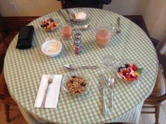 Levi Deal Mansion Bed & Breakfast: Breakfast