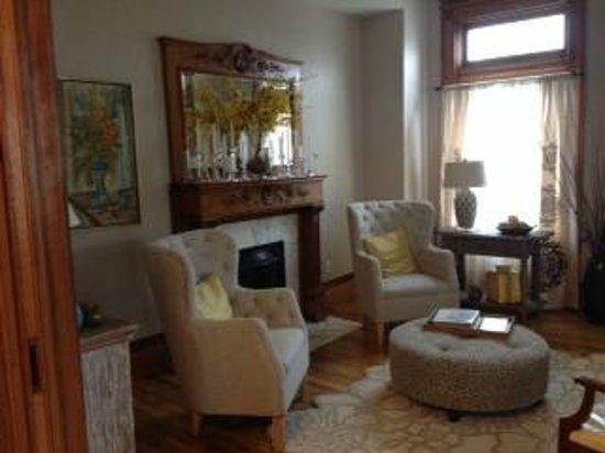 Levi Deal Mansion Bed & Breakfast: Living room off of foyer
