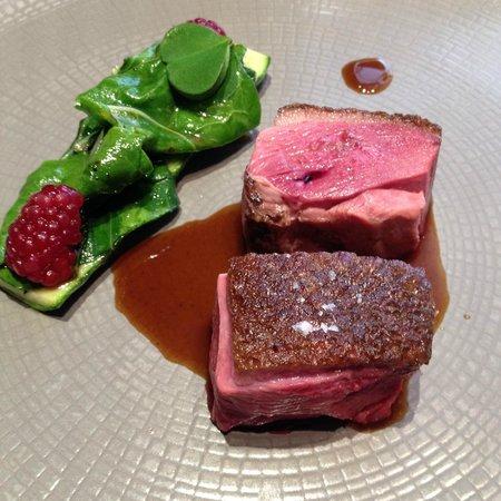 Chapeau Rouge Restaurant William Frachot: Canard de Challans Rôti sur le Coffre, 1ère Courgette Biologique, Framboise et Vert de Blette