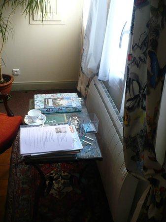 Le Petit Tertre: Detalhe da sala de estar do quarto