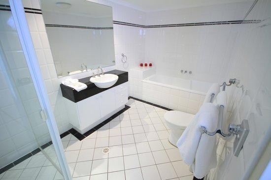 Oscar On Main: Bathroom with Bath