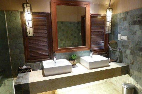 Bunga Raya Island Resort & Spa : Deluxe Room Bathroom